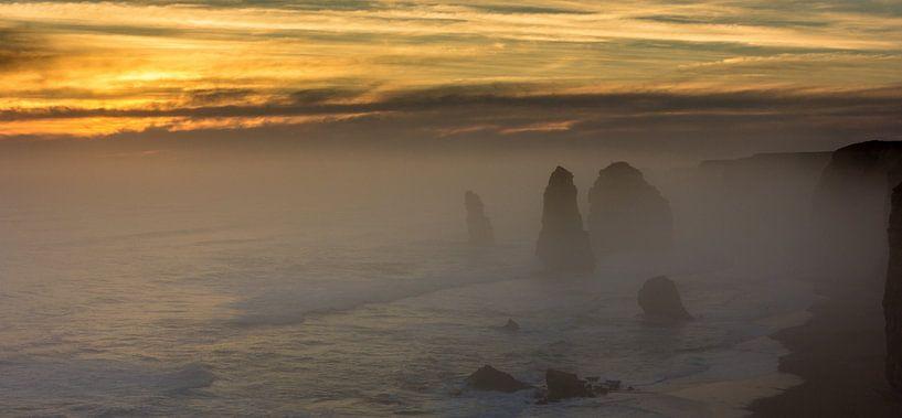 12 Apostles tijdens zonsondergang, Australie von Chris van Kan