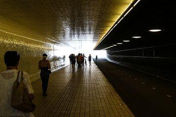 tunnel am amsterdam hauptbahnhof von Frans Versteden