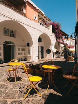 Terras met oranje stoelen in Sant'Angelo op het Italiaanse eiland Ischia
