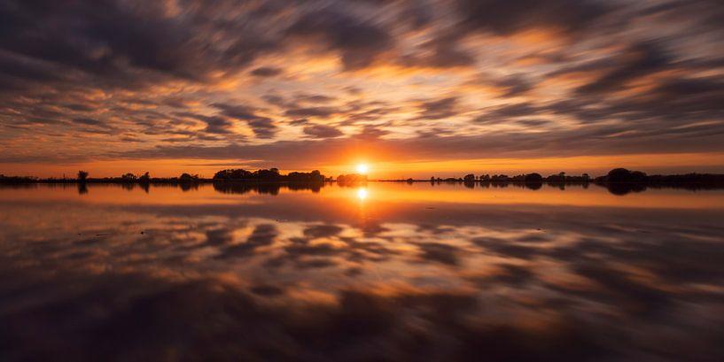 Zonsondergang reflectie Polder Mastenbroek van Rick Kloekke