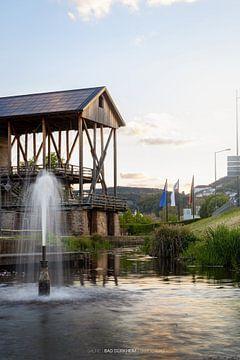 Fontaine avec vue sur le bâtiment de graduation (salines) dans les jardins thermaux de Bad Dürkheim sur Fabian Bracht