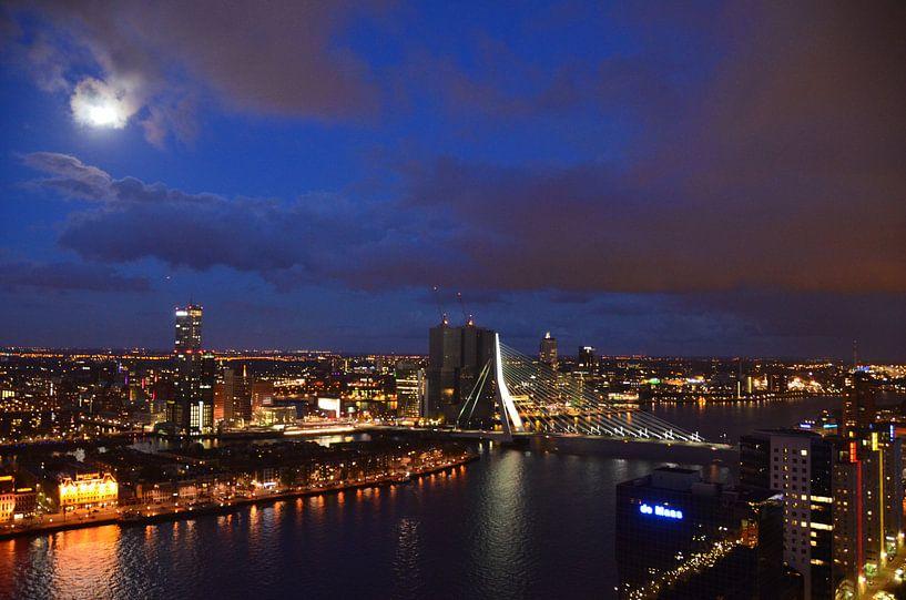 Moonrise over the Skyline of Rotterdam van Marcel van Duinen