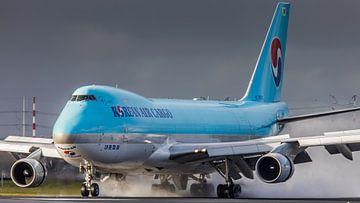Korean Air Cargo Boeing 747 landend op een natte Polderbaan