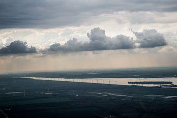 Dreigende lucht met windmolens van Melvin Erné