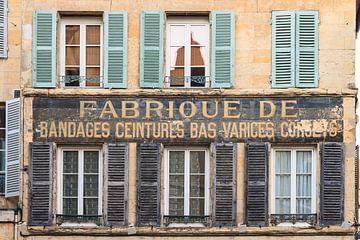 Traditionele Franse façade met tekst van