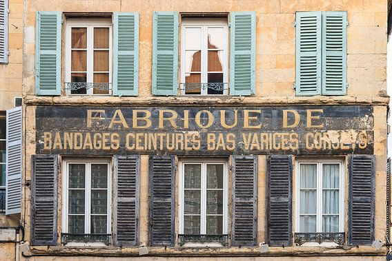 Traditionele Franse façade met tekst
