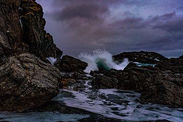 Stormwinden raken de rotsachtige kust van Kai Müller
