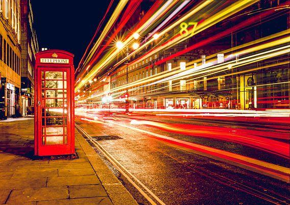 Telefooncel bij nacht , Londen, Verenigd Koninkrijk van Roger VDB