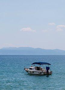 Boot op het water. van Eelke Cooiman
