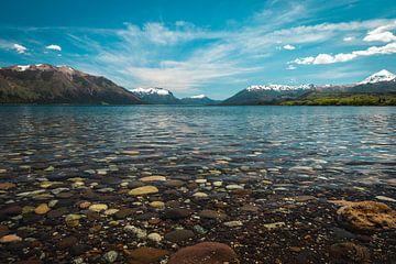 Kristalhelder water van het Nahuel Huapi-meer in Argentinië van OCEANVOLTA