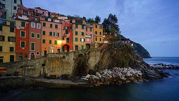 Riomaggiore - Cinque Terre - at blue hour von Teun Ruijters
