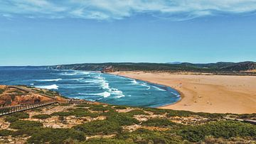 De golven spoelen aan op dit grote strand in Portugal van