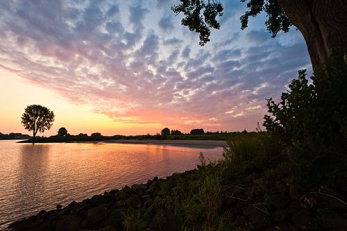 Rivier in brand (zonsopkomst langs de Lek bij Vianen) van John Verbruggen