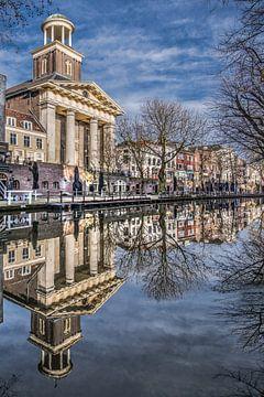 Kerk gespiegeld in de stadsgracht van Utrecht op een zonnige morgen van Harrie Muis