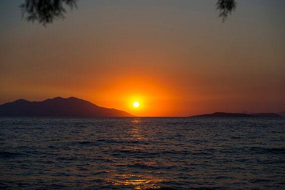 Zonsondergang in de zee van Photography by Karim