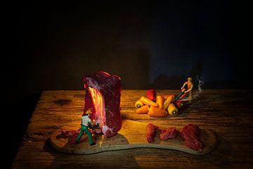 Creatief ,humorvol stilleven met rundvlees en pepers . van Saskia Dingemans