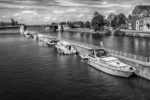 Motorboten op de Maas bij Maastricht van
