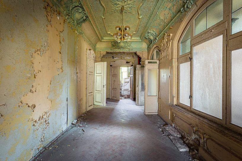 Korridor in einer verlassenen Villa von Kristof Ven