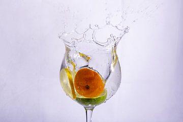 Oranje groen en geel in water van Rob Hansum