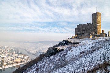 Winterlandschap rond de burcht Landshut in Bernkastel-Kues aan de Moezel van Reiner Conrad