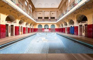 Verlassener Pool im Badehaus. von Roman Robroek