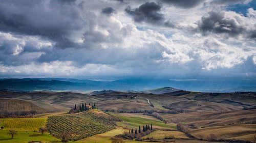 Podere Belvedere in Toscane onder dreigende wolken