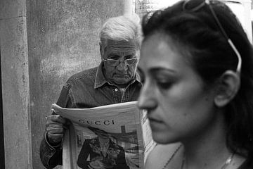 Man leest krant in Rome, 2018 von Selma Hamzic