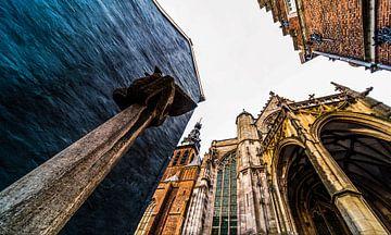 Moenen met de rug naar de Stevenskerk in Nijmegen