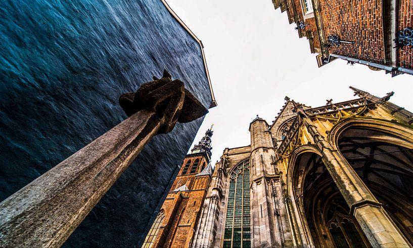Moenen met de rug naar de Stevenskerk in Nijmegen van Maerten Prins
