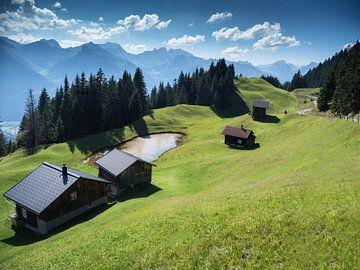 Uitzicht op huizen en bergen in Silbertal Montafon Vorarlberg Oostenrijk van Karin vd Waal