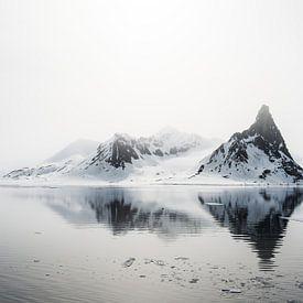 Spitse bergen doemen op uit de nevel sur Gerry van Roosmalen