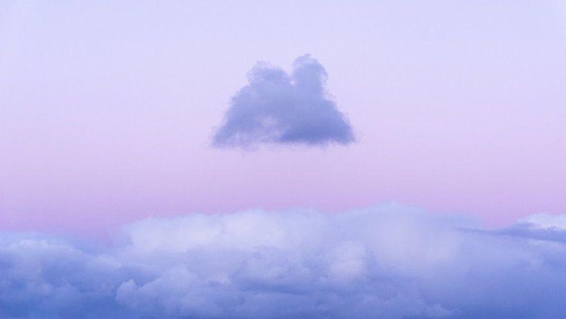 Een kleine donkere wolk zweeft boven een lichte tijdens een zonsondergang van Alex Hamstra
