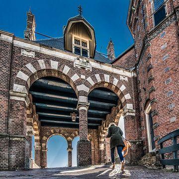 De Waterpoort in het Friese Stadje Sneek in het tegenlicht van