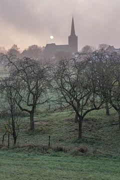 Kerk Maurik in de ochtendmist van Moetwil en van Dijk - Fotografie