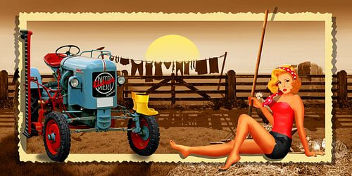 Pin Up Girl mit Traktor auf dem Bauernhof von