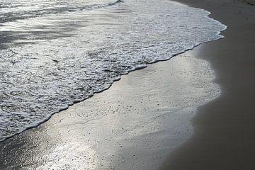 Zilver grijs water en zand 2