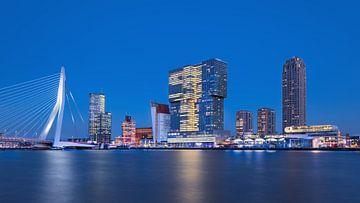 Stadslandschap Kop van Zuid bij schemering gezien vanaf de Maas van Tony Vingerhoets