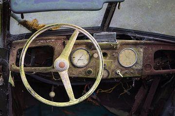 Interieur van een verlaten roestende klassieke auto van Ger Beekes