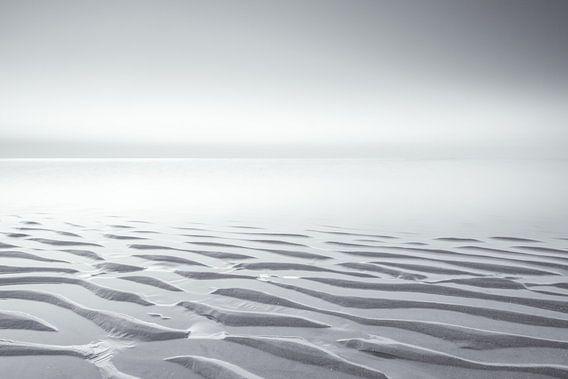 Zwart-wit strand landschap op een stille avond tijdens zonsondergang