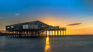 Zonsondergang met beachclub in zee