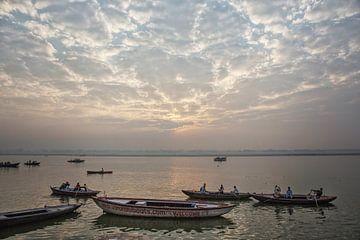 Toeristenboten op de rivier de Ganges, Ghat van Tjeerd Kruse