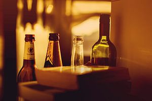 Bottles, bottles, bottles badend in zonlicht. van Coco Gonzalez