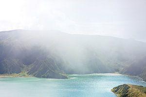 Blauw groen meer mist eiland