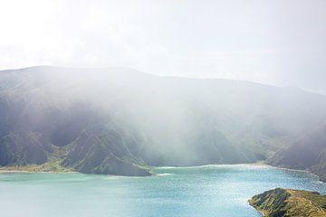 Blauw groen meer mist eiland van