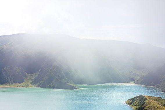 Blauw groen meer mist eiland van Jan Brons
