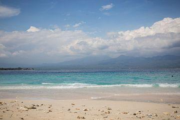 Strand und Meer mit Wolken und einer Insel von Esther Mennen