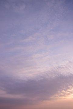 Violetter Sonnenuntergang mit weichen Wolken. von Christa Stroo fotografie