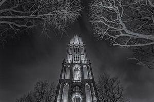 Domtoren Utrecht vanaf het Domplein in de avond - zwart-wit - 1