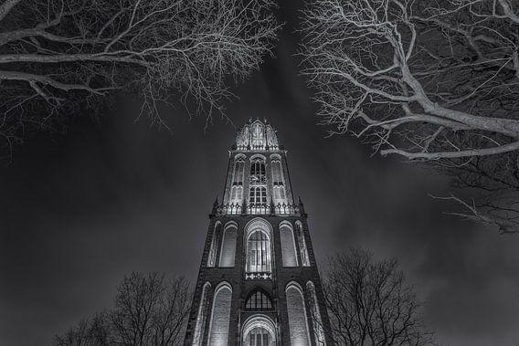 Domtoren Utrecht vanaf het Domplein in de avond - zwart-wit - 1 van Tux Photography