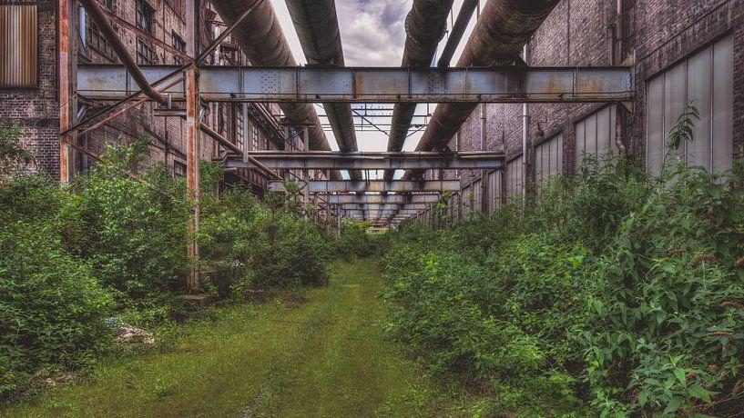 Het eindeloze pad in een industriële omgeving. van Karl Smits